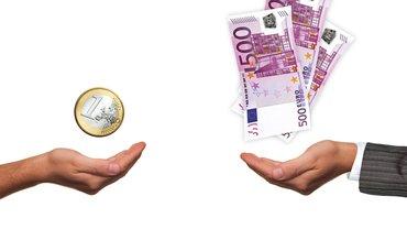 Zwei Hände, gegenübergestellt. Eine Hand hält einen Euro. Ein Anzugträger hält 500-Euro-Scheine