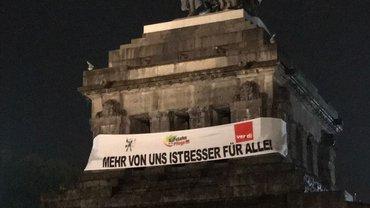 Bild des Reiterstandbild in Koblenz mit Transparent