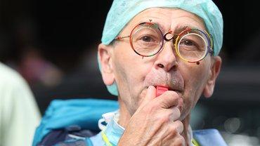 Pfleger mit lustiger Brille und Trillerpfeife